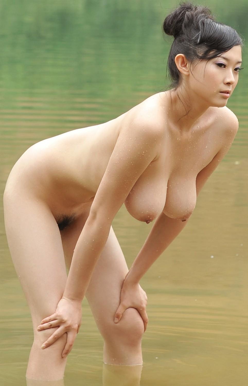 【巨乳エロ画像】下に潜って吸い付きたいw柔らかい証拠の垂れ下がり乳www 13