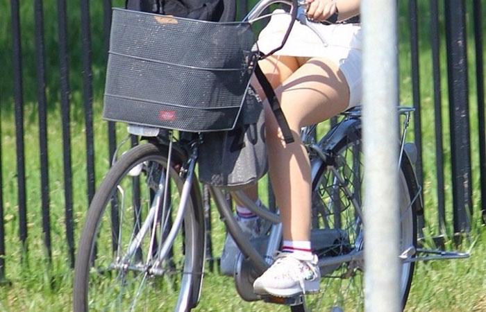 【パンチラエロ画像】走る音が聞こえたら注目!見えて嬉しい自転車チラwww 001