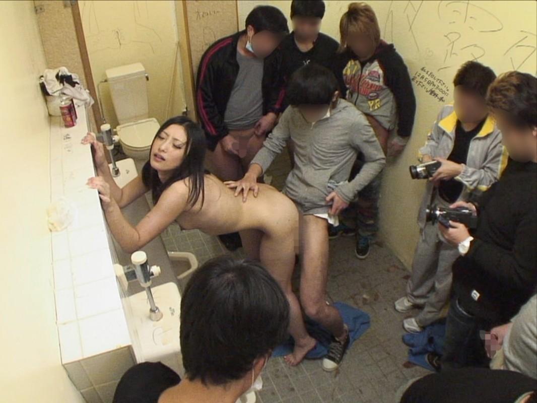 【輪姦エロ画像】まずは3P出来なきゃ無理w集団輪姦の餌食にされる美女www 05