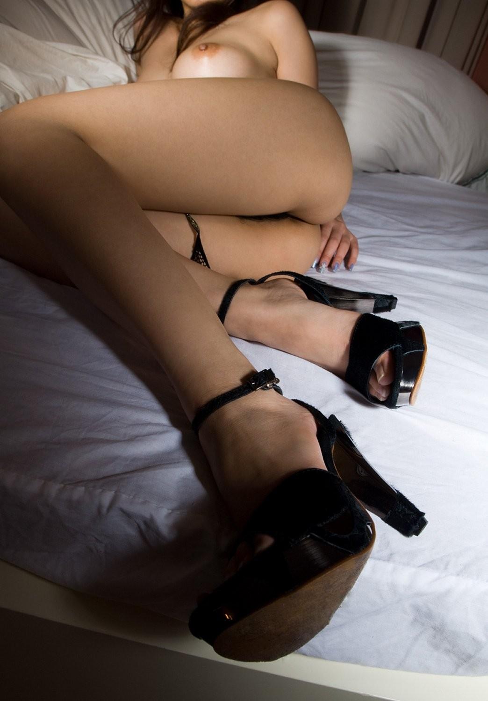 【裸体エロ画像】土足のラブホみたいな光景w靴だけ履いた全裸の美女www 05