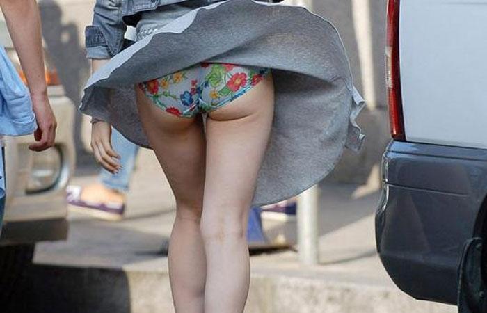 【パンチラエロ画像】スカートは風に舞うw脳裏に焼き付く風チラの瞬間www 001