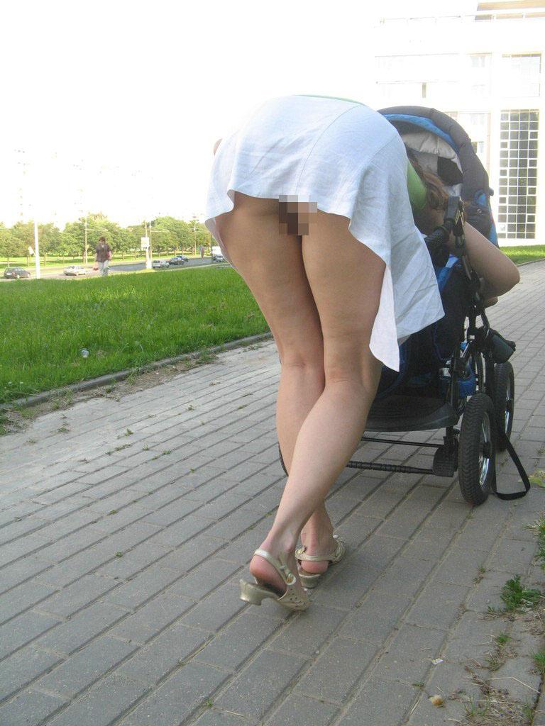【ノーパンエロ画像】パンツを履かないだけでいいw最も簡単でスリル満点なノーパン徘徊www 07
