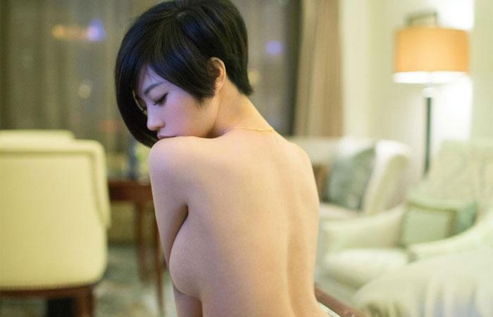 【短髪エロ画像】既に裸故にボーイッシュには全然見えないショートヘア女子www 001
