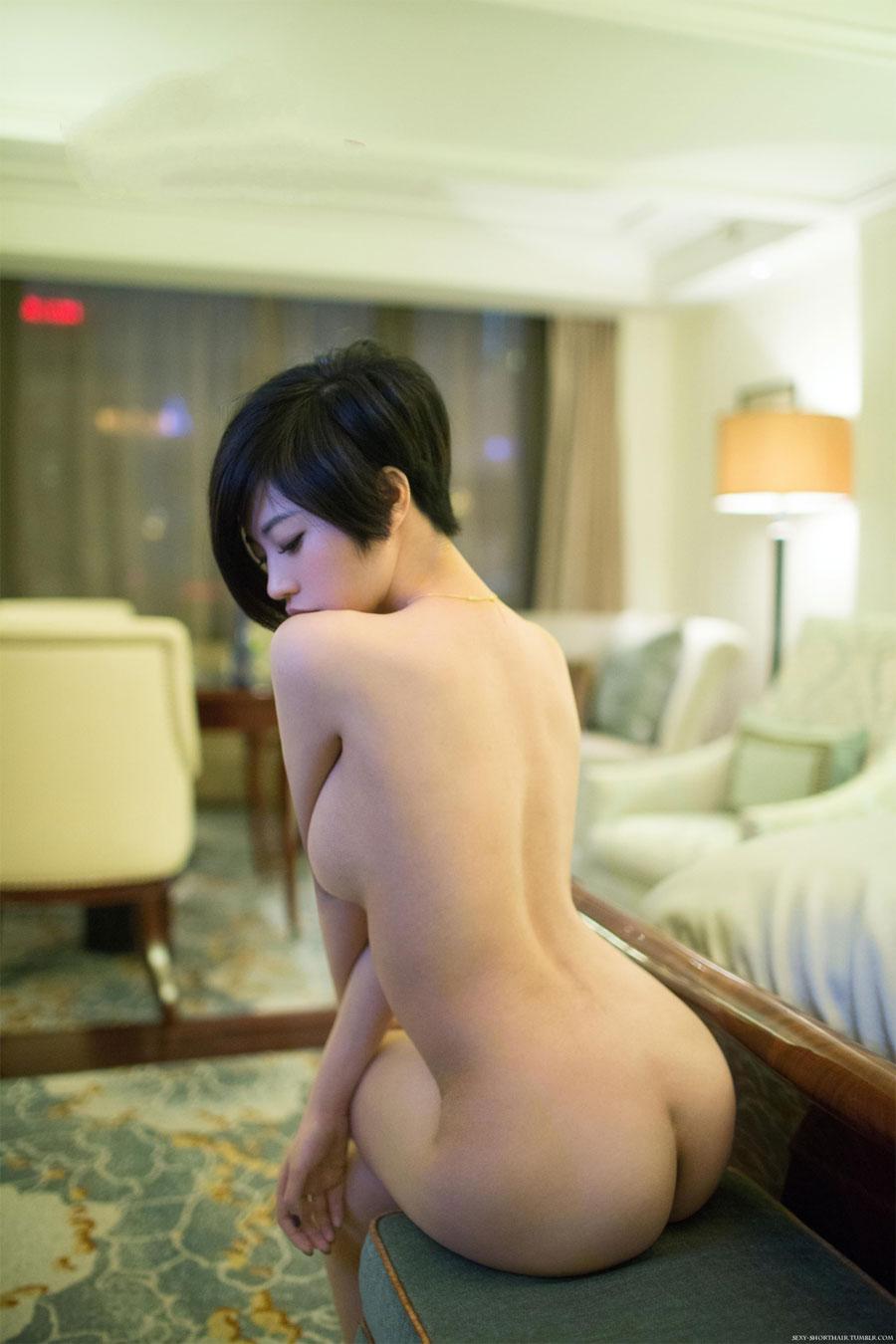 【短髪エロ画像】既に裸故にボーイッシュには全然見えないショートヘア女子www 01