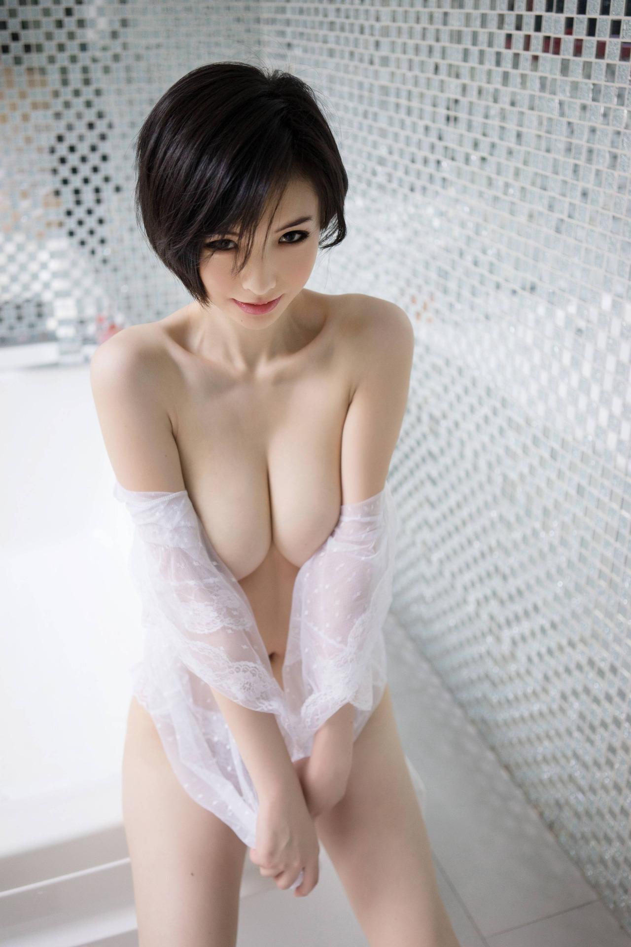 【短髪エロ画像】既に裸故にボーイッシュには全然見えないショートヘア女子www 02
