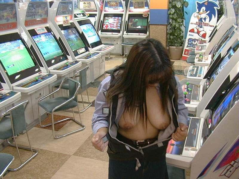 【露出エロ画像】店長こっち!完璧に迷惑行為な店内の露出女たちwww 04