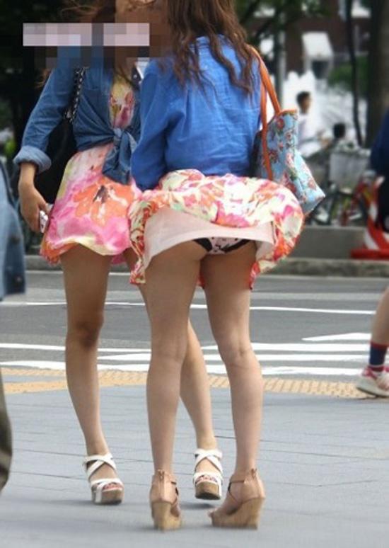 【パンチラエロ画像】強いの吹いたらミニを探せ!見逃されなかった風チラ女子www 09