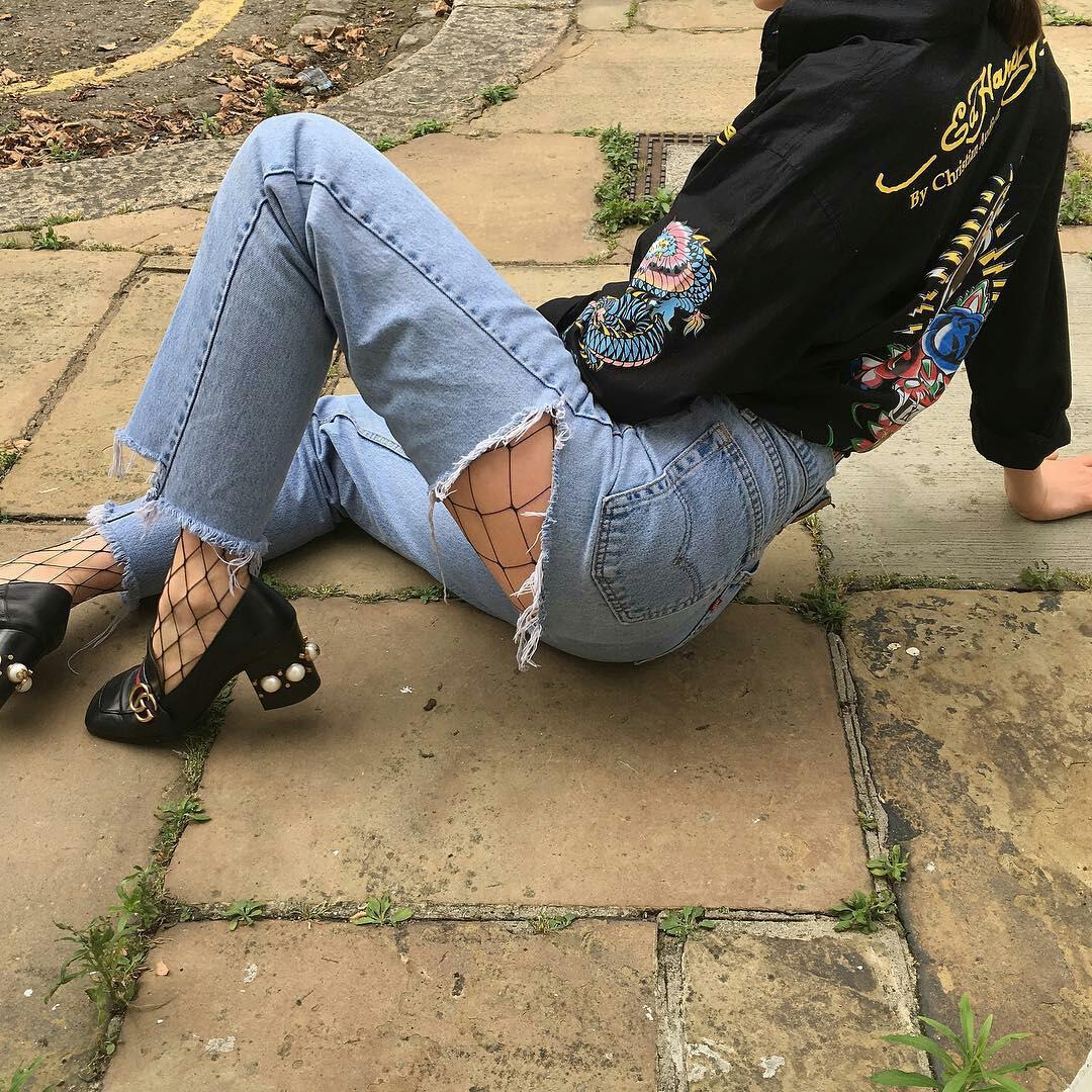 【ハミ尻エロ画像】破れてますけどwダメージ部分から尻肉覗くジーンズ美女www 09