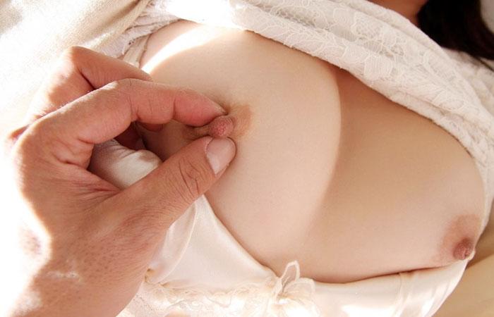 【乳頭エロ画像】こんなに小さいのに…弄れば全身に影響する乳首摘みwww 001