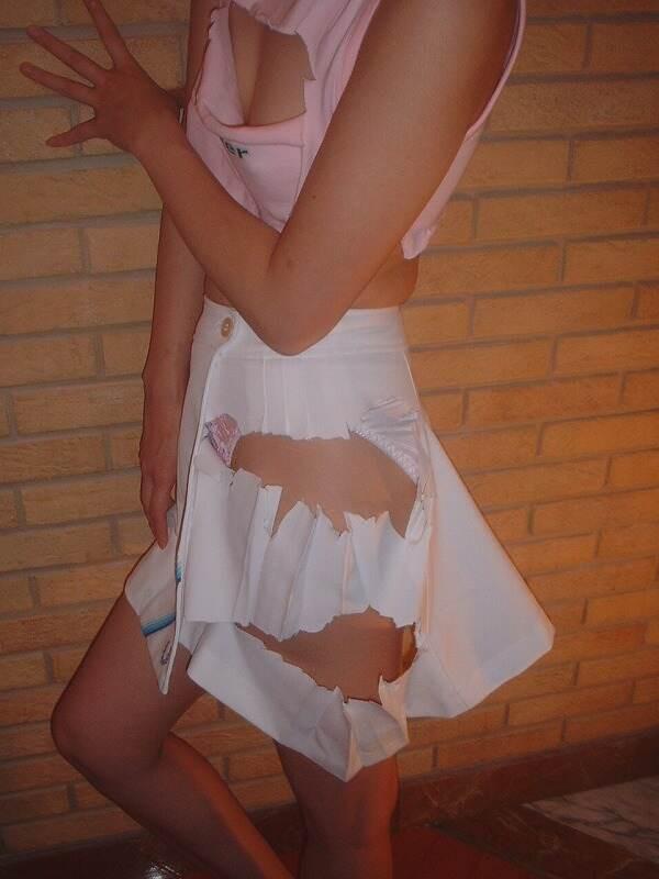 【引き裂きエロ画像】なんと無残…犯されたみたいに服を破られた女子www 02