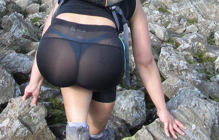 【透け下着エロ画像】薄布タイトのさだめ!パンツがよく透けた着衣尻www 001
