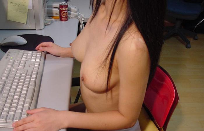 【家庭内エロ画像】裸族で干物でネット中毒wダメな女の見本がこちらwww 001