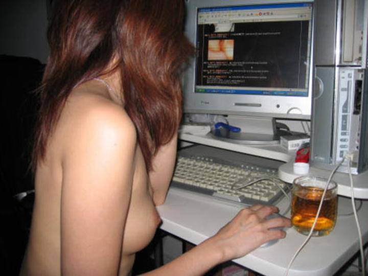 【家庭内エロ画像】裸族で干物でネット中毒wダメな女の見本がこちらwww 01