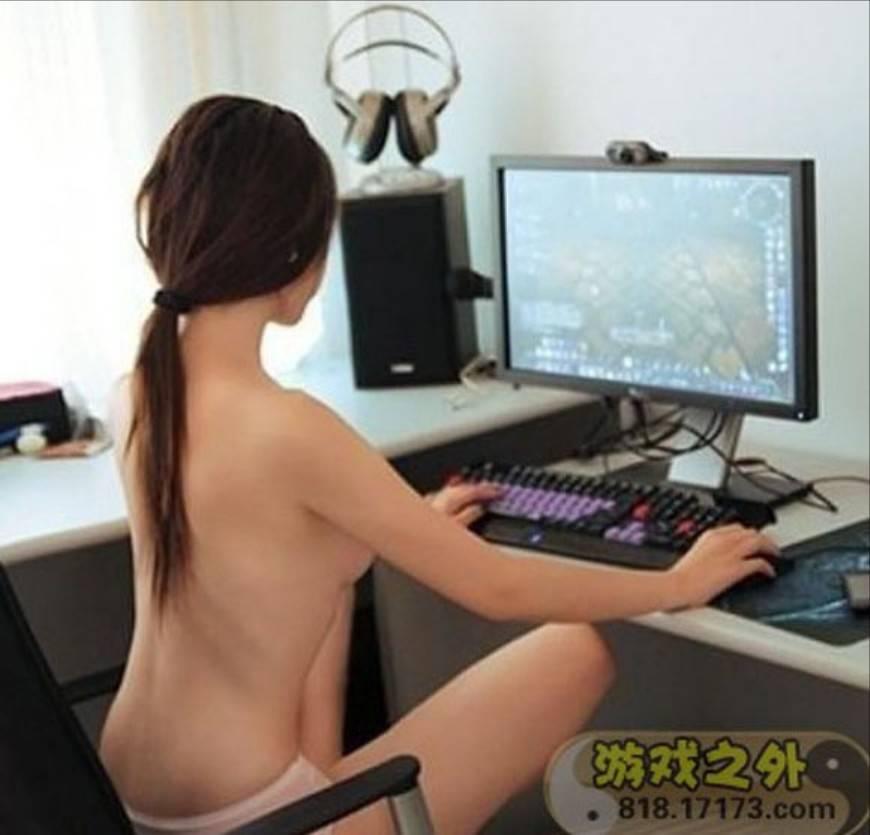 【家庭内エロ画像】裸族で干物でネット中毒wダメな女の見本がこちらwww 03