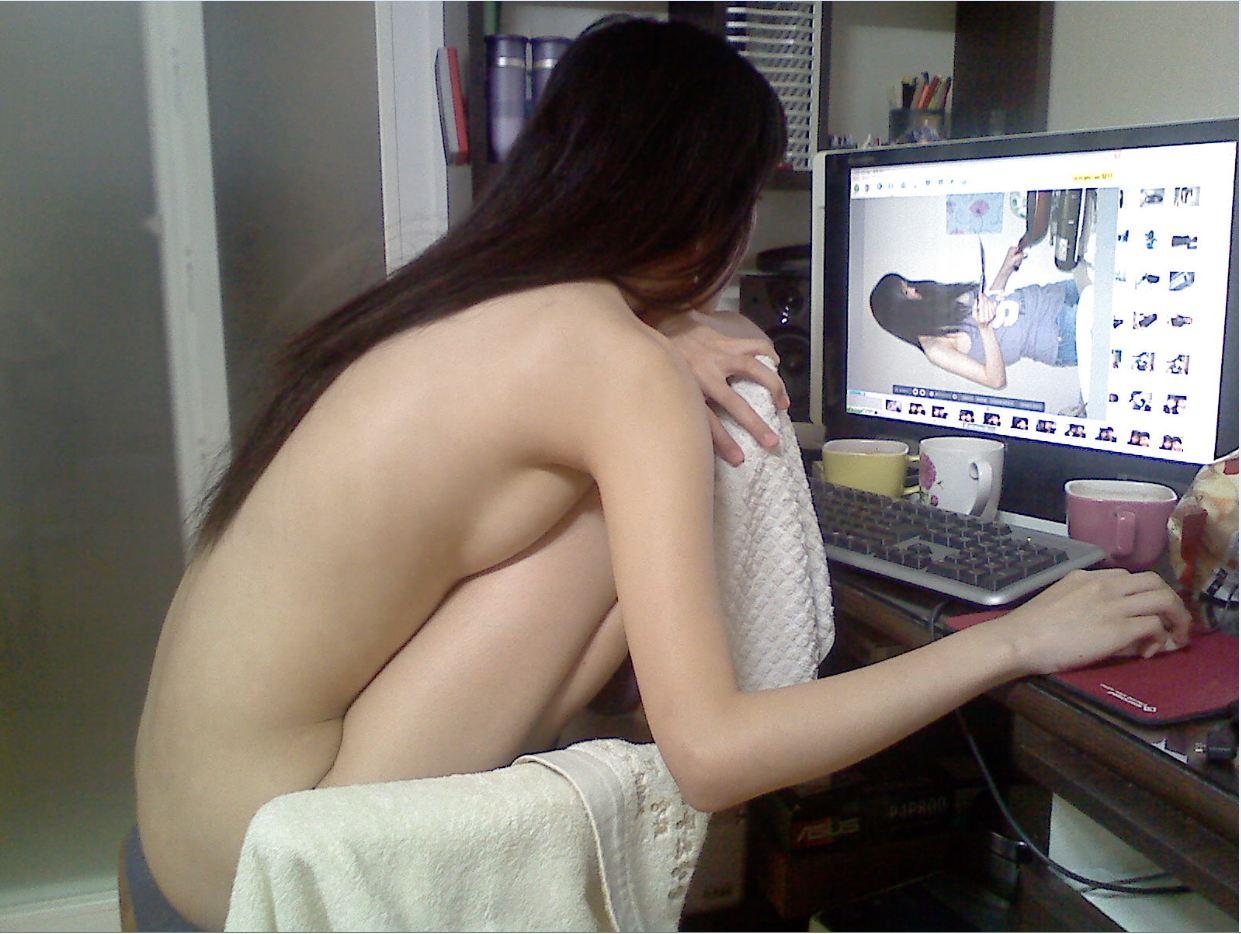 【家庭内エロ画像】裸族で干物でネット中毒wダメな女の見本がこちらwww 07