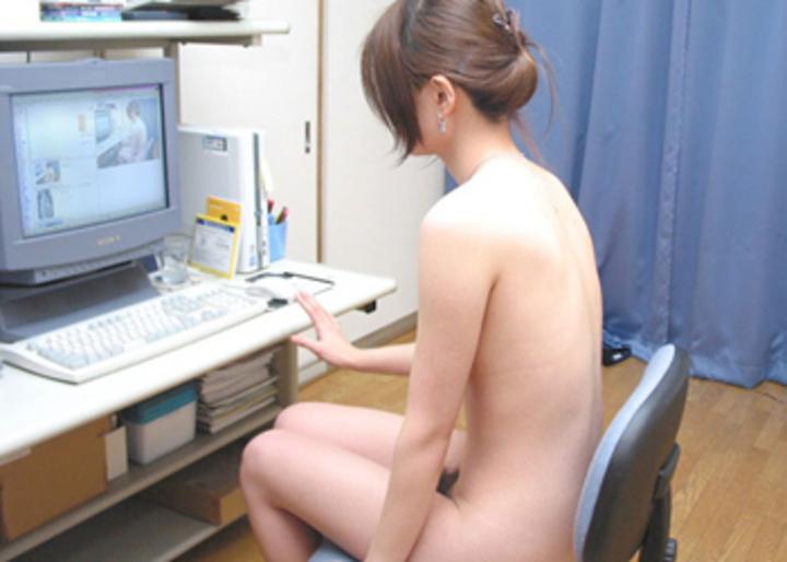 【家庭内エロ画像】裸族で干物でネット中毒wダメな女の見本がこちらwww 12