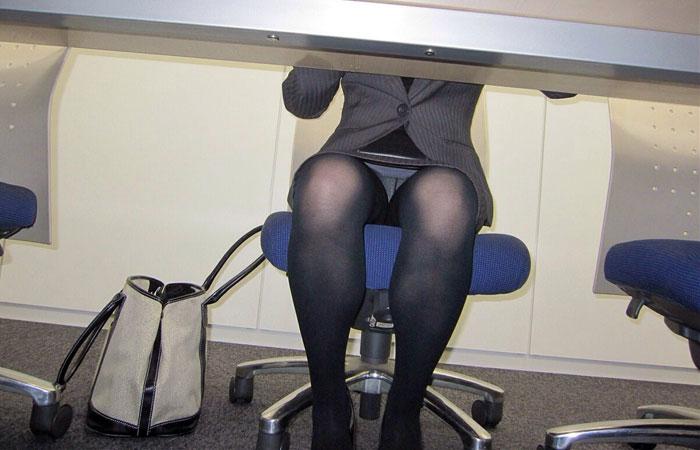 【パンチラエロ画像】側で鉛筆拾って見ようか…机の下のパンチラ直撃! 001