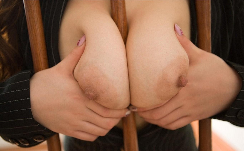 【巨乳エロ画像】柔らかそう…ヤるなら挟んで欲しくなる巨乳セルフ揉み誘惑www 13