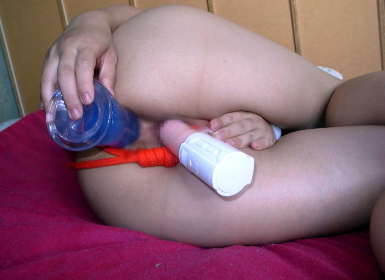 【玩具エロ画像】アナルにも欲しい…2つの穴におもちゃを挿してる強欲さんwww 07