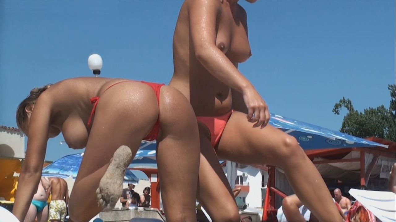 【海外エロ画像】記録に残すべき乳だらけ!トップレスビーチの極上おっぱいwww 06
