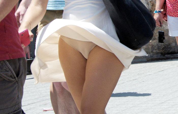 【パンチラエロ画像】スカート軽い外人さんは頻繁w風の悪戯で下着が丸見えwww 001