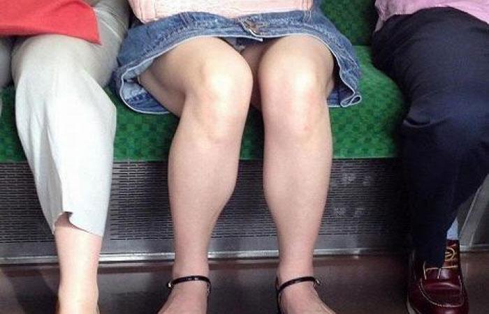【パンチラエロ画像】対面さえ座れれば…膝のバッグも無ければ絶景の電車パンチラwww 001