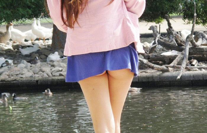 【尻チラエロ画像】パンツはダメでも端っこならOKなミニスカさんの尻ちょい出しwww 001