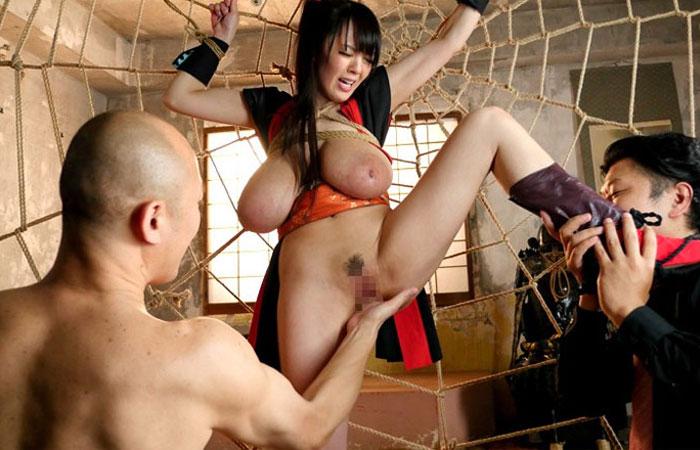 【コスプレエロ画像】捕まるのはお約束w男を翻弄できないくノ一たちの性的拷問www 001