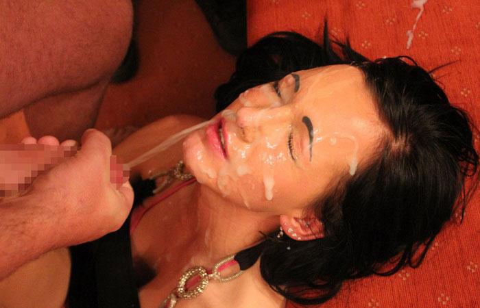 【ぶっかけエロ画像】(早く洗い落とさなきゃ…)内心は聞けない美女への顔射www 001
