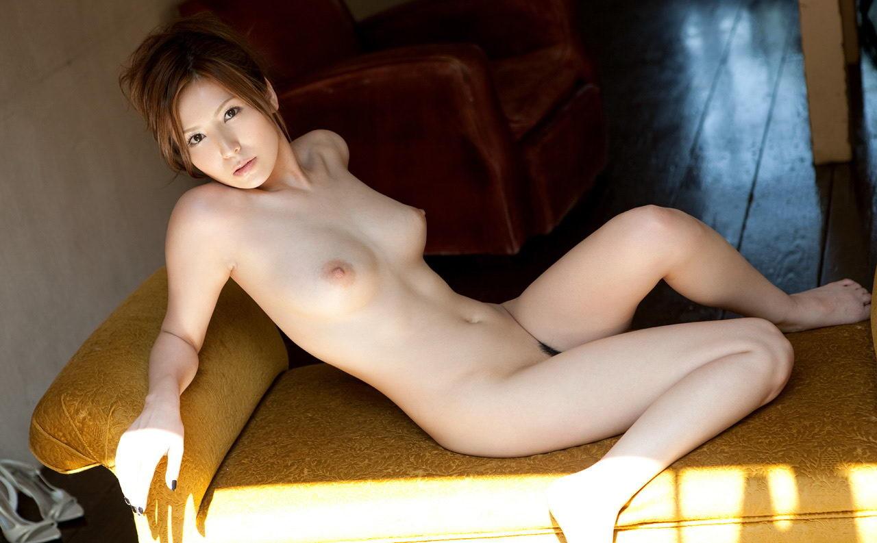 【裸体エロ画像】なんて正直そうな体…最初の脱ぎはやっぱり全裸が一番www 07