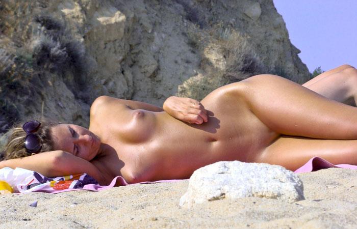 【海外エロ画像】美女まで全てを…一切隠さないヌーディストたちの美裸体! 001