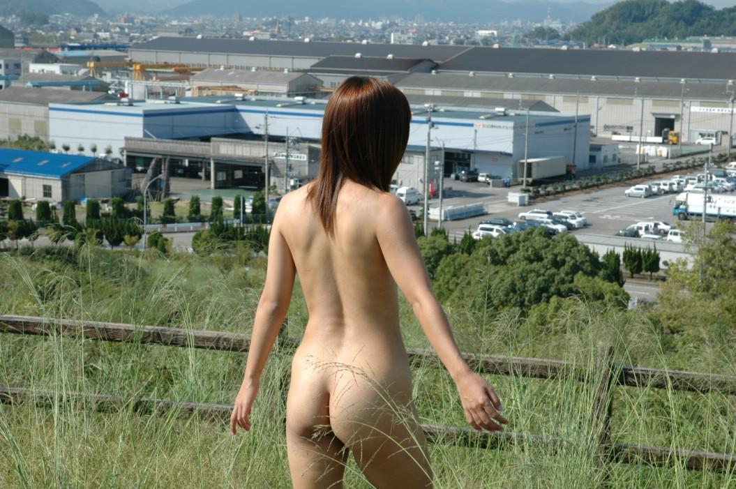 【露出エロ画像】春の陽気に釣られた淑女たちの自重のない露出行為www 07
