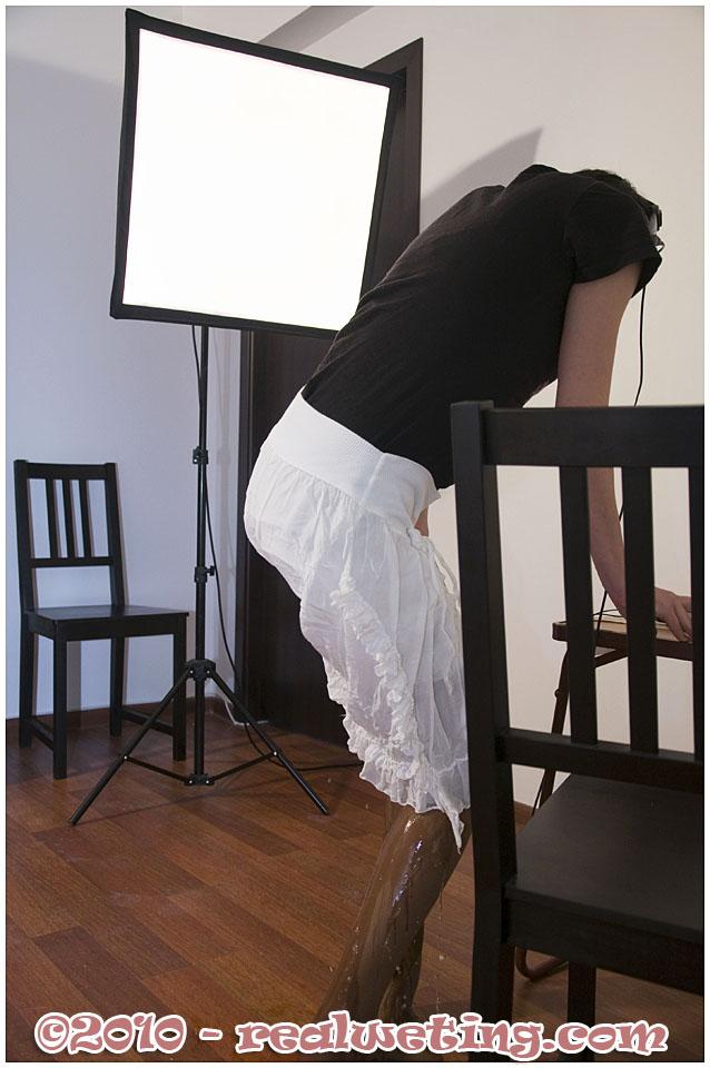 【失禁エロ画像】やっちまった…染みだけが無常に拡がっていく着衣放尿www 12