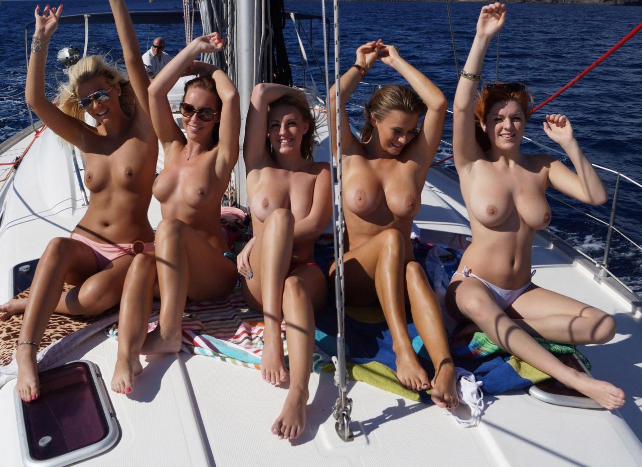 【海外エロ画像】他の船見たら隠れるだけw甲板上で優雅かつ堂々と露出www 11