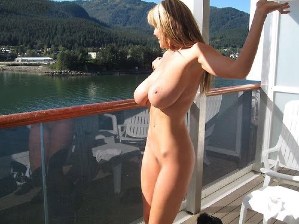 【海外エロ画像】他の船見たら隠れるだけw甲板上で優雅かつ堂々と露出www 13