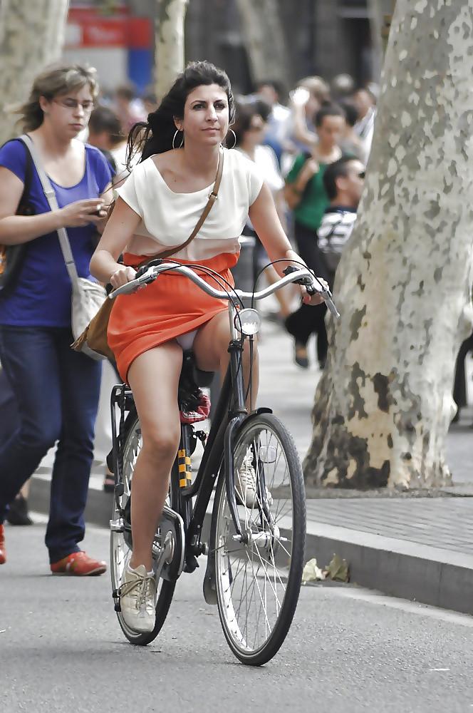 【パンチラエロ画像】斜め前から!ミニスカ自転車乗りのパンチラは不可避www 01