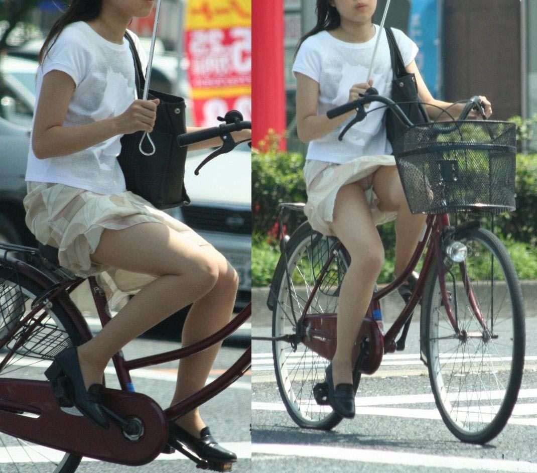【パンチラエロ画像】斜め前から!ミニスカ自転車乗りのパンチラは不可避www 04