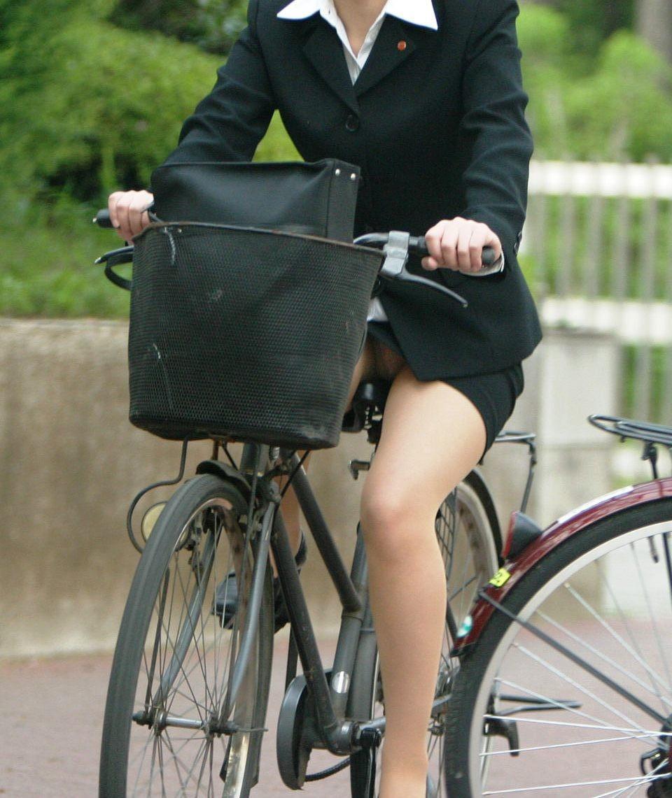 【パンチラエロ画像】斜め前から!ミニスカ自転車乗りのパンチラは不可避www 09
