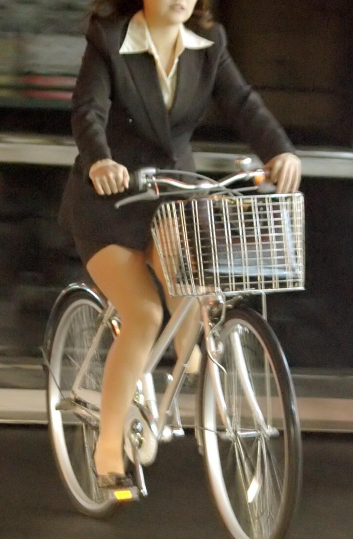 【パンチラエロ画像】斜め前から!ミニスカ自転車乗りのパンチラは不可避www 10