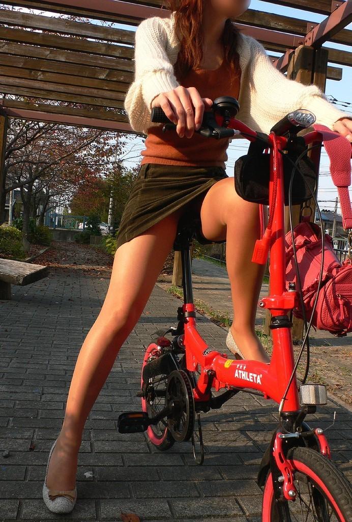 【パンチラエロ画像】斜め前から!ミニスカ自転車乗りのパンチラは不可避www 11