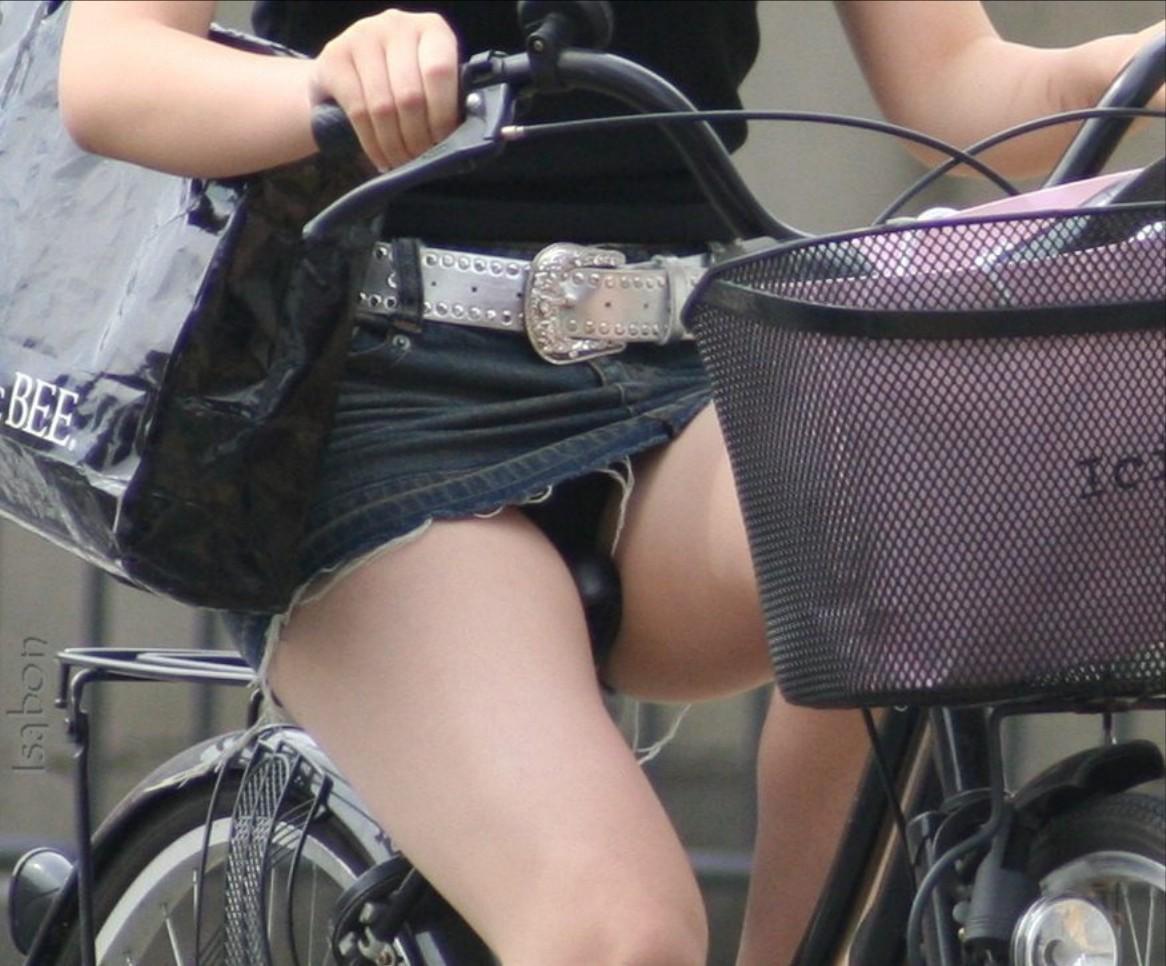 【パンチラエロ画像】斜め前から!ミニスカ自転車乗りのパンチラは不可避www 12