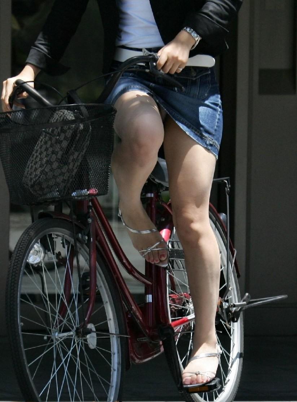 【パンチラエロ画像】斜め前から!ミニスカ自転車乗りのパンチラは不可避www 13