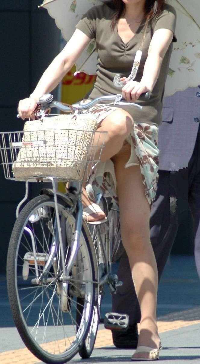 【パンチラエロ画像】斜め前から!ミニスカ自転車乗りのパンチラは不可避www 15
