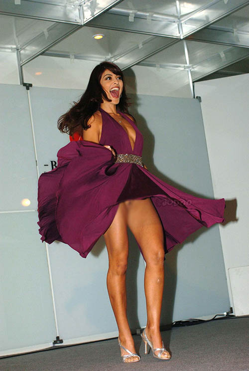 【ノーパンエロ画像】剥き出しがステータスwドレスの下は下着無しな海外セレブwww 01
