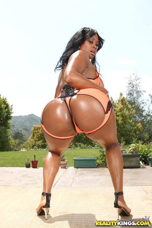 【巨尻エロ画像】偶には白桃よりも黒糖まんじゅうを…インパクト大な黒人女性のデカ尻www 01
