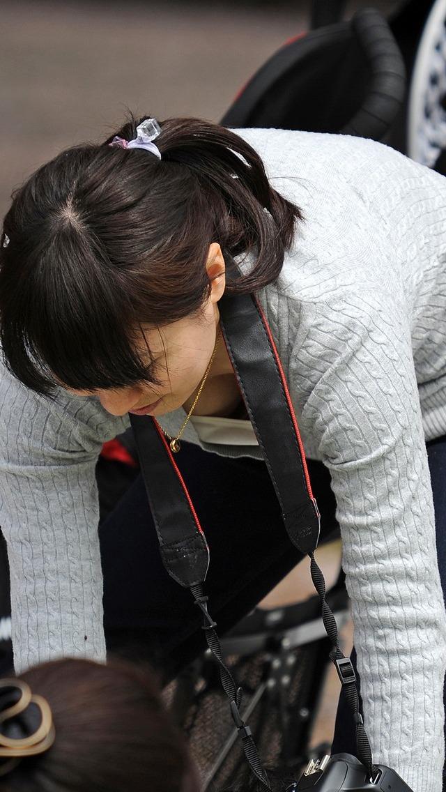 【胸チラ画像】もっと奥が見えるまで眺めたい!緩んだ胸元から覗く膨らみwww 08