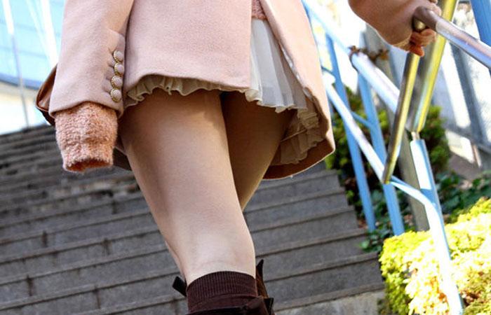 【美脚エロ画像】チラ見え期待…ダメなら太ももがあるミニスカ美脚お姉さんwww 001