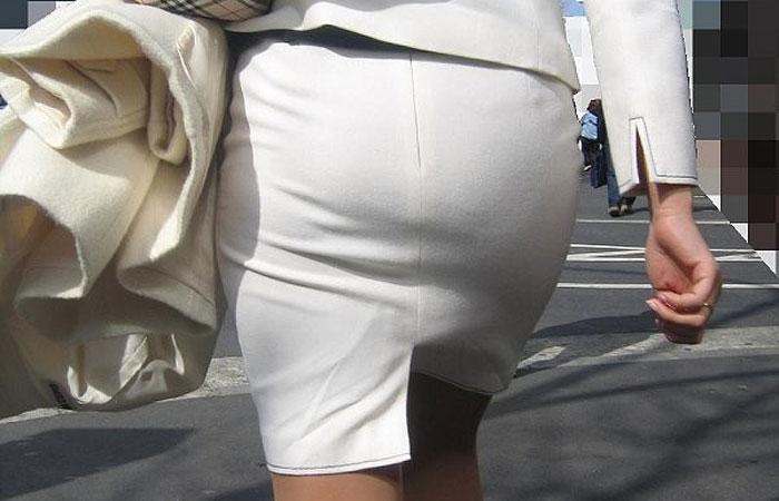 【着尻エロ画像】前方の気になるパツパツw社会人女性の目立つタイト尻www 001