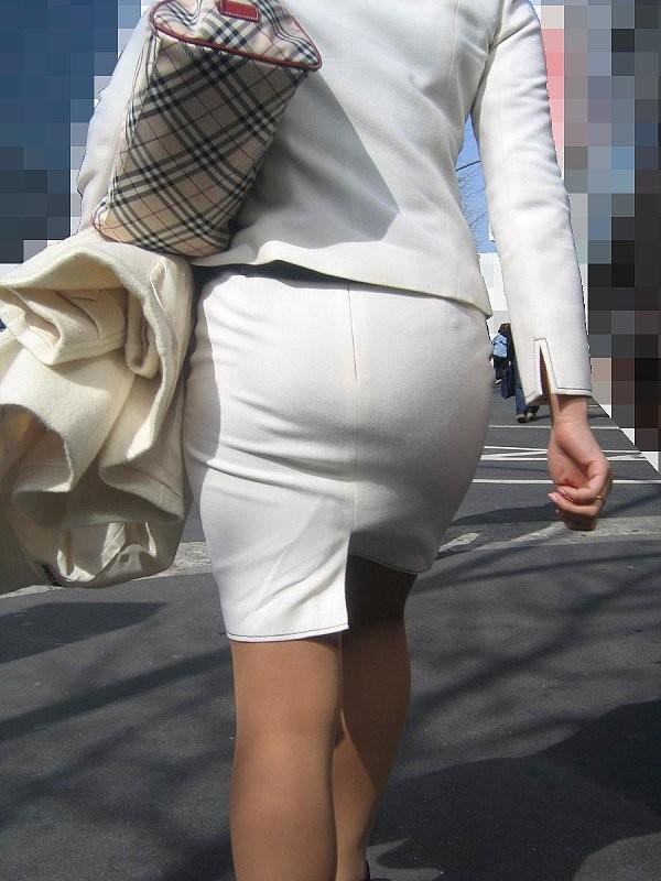 【着尻エロ画像】前方の気になるパツパツw社会人女性の目立つタイト尻www 02