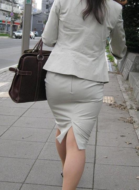 【着尻エロ画像】前方の気になるパツパツw社会人女性の目立つタイト尻www 03